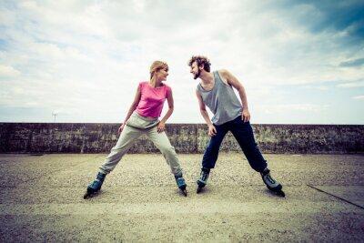 Fototapeta Aktivní mladí lidé přátelé na kolečkových bruslích.