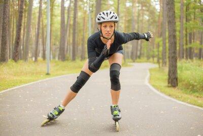 Fototapeta Aktivní žena na kolečkových bruslích
