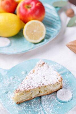 Fototapeta jablkový koláč na modré desce. citron s jablky
