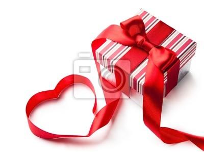Art dárková krabička s červenou stuhou ve tvaru srdce izolovaných na bílém ba