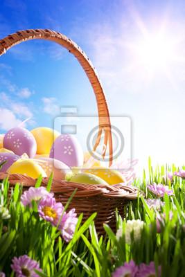 art Velikonoční košík s velikonoční vejce na jaře trávník