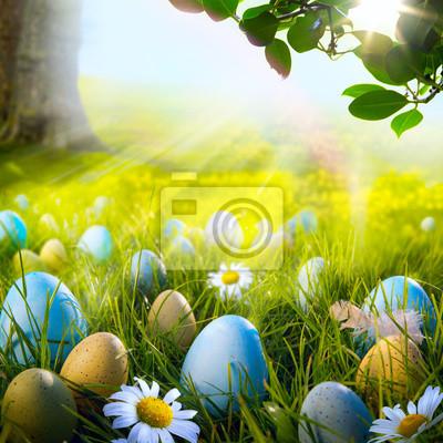 Art zdobená velikonoční vajíčka v trávě s sedmikrásky