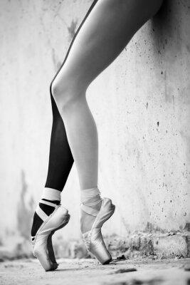 Fototapeta Balerína nohy detail na pozadí texturou betonu Wal
