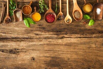 Fototapeta Barevné koření na dřevěný stůl