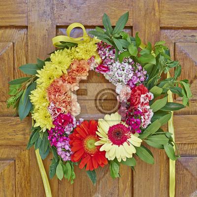 Barevné květiny věnec visí na dřevěné dveře detailní fototapeta ... f9136811c0f
