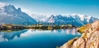 Fototapeta Barevné letní panorama jezera Lac Blanc s Mont Blanc (Monte Bianco) na pozadí, umístění Chamonix. Krásná venkovní scéna v přírodní rezervace vallon de berard, grian alpy, francie, evropa.
