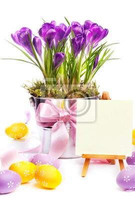 Barevné malované velikonoční vejce a jarní květiny