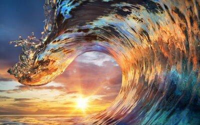 Fototapeta Barevné Ocean Wave. Mořská voda ve tvaru hřebene. Západ slunce a krásné mraky na pozadí