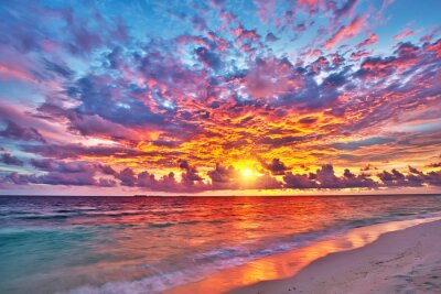 Fototapeta Barevný západ slunce nad oceánem na Maledivách