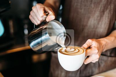 Fototapeta Barista nalévání latte pěny přes kávu, espresso a vytvoření dokonalého latte umění