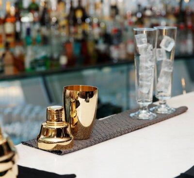 Fototapeta Barman nářadí na barovým pultem, copy space