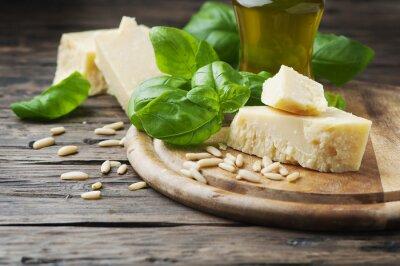 Fototapeta Bazalka, sýr, borovice a olivového oleje na dřevěném stole