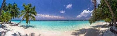 Fototapeta Beach panorama na Maledivách s modrou oblohu, palmy a turquoi