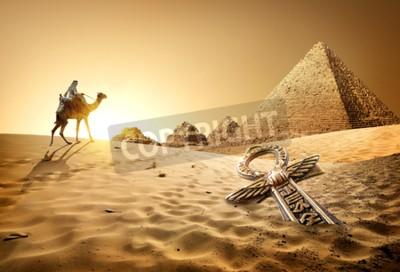 Fototapeta Beduín na velbloudu v blízkosti pyramid a ankh v poušti