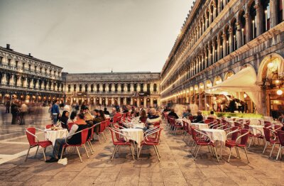 Fototapeta Benátky, Itálie - 23.března 2014: Turisté si kavárnu na náměstí Piazza San