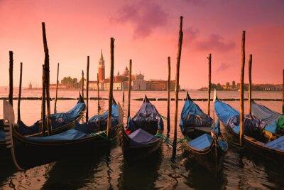 Fototapeta Benátky se známými gondoly na jemné růžové svítání světla,