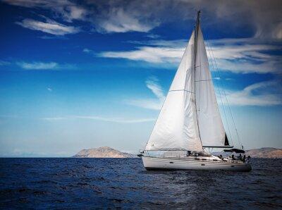 Fototapeta Bílé plachty jachet na pozadí moře