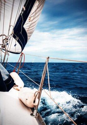 Fototapeta Bílé plachty jachet na pozadí moře a nebe v oblacích