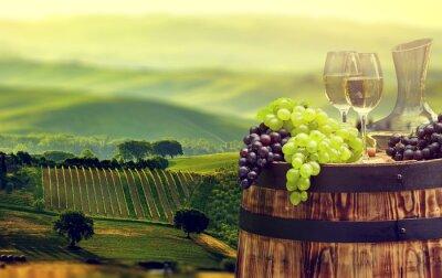 Fototapeta Bílé víno láhev a sklenice na víno na wodden barel. krásná Tus