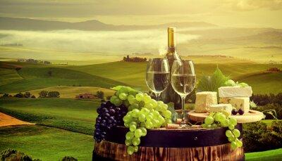 Fototapeta Bílé víno s barel na vinici in Chianti, Toskánsko, Itálie