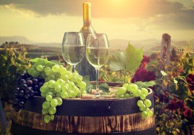 Fototapeta Bílé víno s barel na vinici v Toskánsku, Itálie
