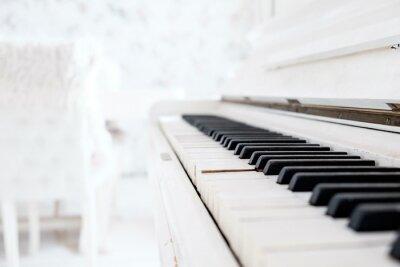 Fototapeta Bílé vintage piano v bílé místnosti