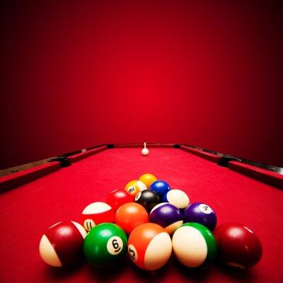 Fototapeta Billards bazén hra. Barevné koule v trojúhelníku, zaměřená na bílou kouli