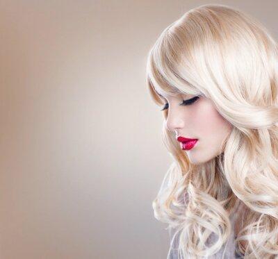 Fototapeta Blonde žena portrét. Krásná blondýnka s dlouhými vlnitými vlasy