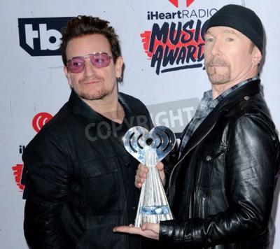 Fototapeta Bono a The Edge of U2 na 2016 iHeartRadio Music Awards, které se konalo 3.12.2016 ve fóru ve městě Inglewood v USA.