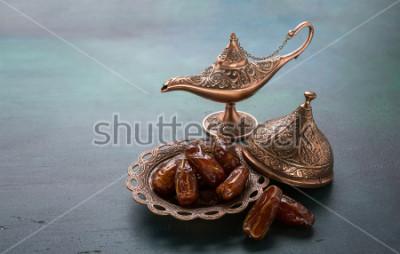 Fototapeta Bronzová deska s aladdin lampou na tmavě zeleném dřevěném pozadí. Ramadánské pozadí. Ramadán kareem.