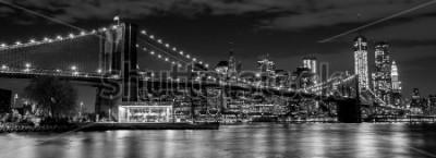 Fototapeta Brooklynský most s panoramatem Manhattanu v pozadí v noci v černé a bílé