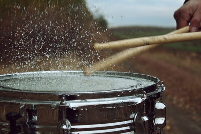 Fototapeta Buben s vodou na něj a stříkající vodě po dopadu na něm