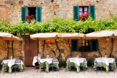 Fototapeta Cafe stoly a židle mimo kamenné budově v Toskánsku