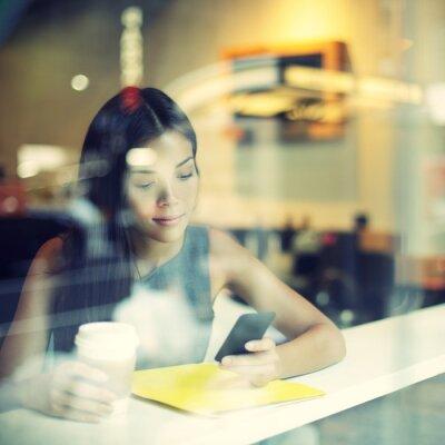 Fototapeta Cafe velkoměsto životní styl žena na telefonu pití kávy