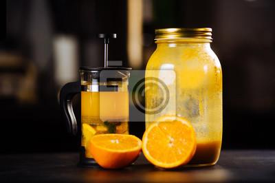 Fototapeta Čajová souprava čajového hrnce a šálku s oranžovou a mořskou řešetnou na stůl v restauraci.