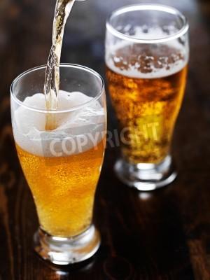Fototapeta čepování piva do vysoké hrnek na břidlicové tabulky