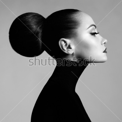 Fototapeta Černá a bílá módní umění studio portrét krásné elegantní ženy v černé rolák. Vlasy se sbírají v dálkovém světle. Elegantní baletní styl
