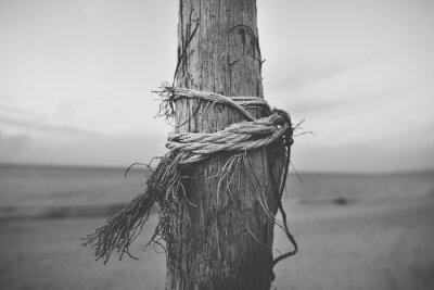 Fototapeta Černá a bílá zblízka tyč na pláži s lanem zkroucené