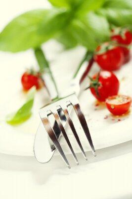 Fototapeta čerstvá rajčata, nůž a vidličku na talíř