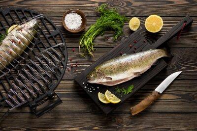 Fototapeta Čerstvé celý pstruh ryby připravené na grilu půdorysu