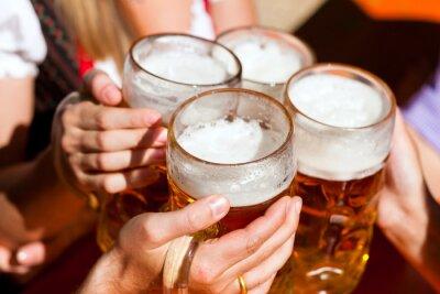 Fototapeta Čerstvé pivo v pivní zahradě