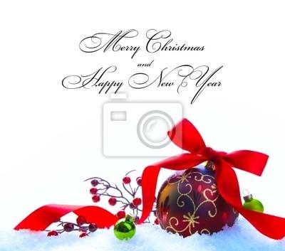 Červené vánoční koule s mašlí a luk na bílém sněhu