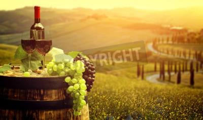 Fototapeta Červené víno s barel na vinici v zelené Toskánsku, Itálie