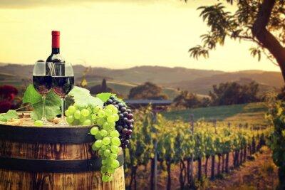 Fototapeta Červené víno s barel na vinici v zeleném Toskánsku
