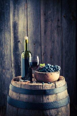 Fototapeta Červené víno s čerstvými hrozny na starý barel