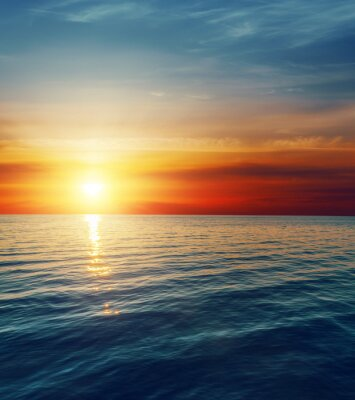 Fototapeta červený západ slunce nad temné vody