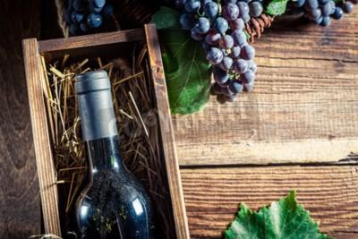Fototapeta Chutné červené víno v dřevěné krabici