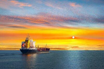 Fototapeta Cisternová loď na klidném moři v dopoledních hodinách.