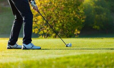 Fototapeta Close-up člověka hraní golfu na zelené hřiště