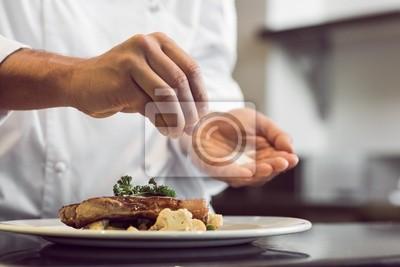 Fototapeta Closeup střední části kuchař uvedení sůl